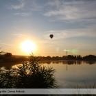 Balon-prelietava-ponad-rybnikom