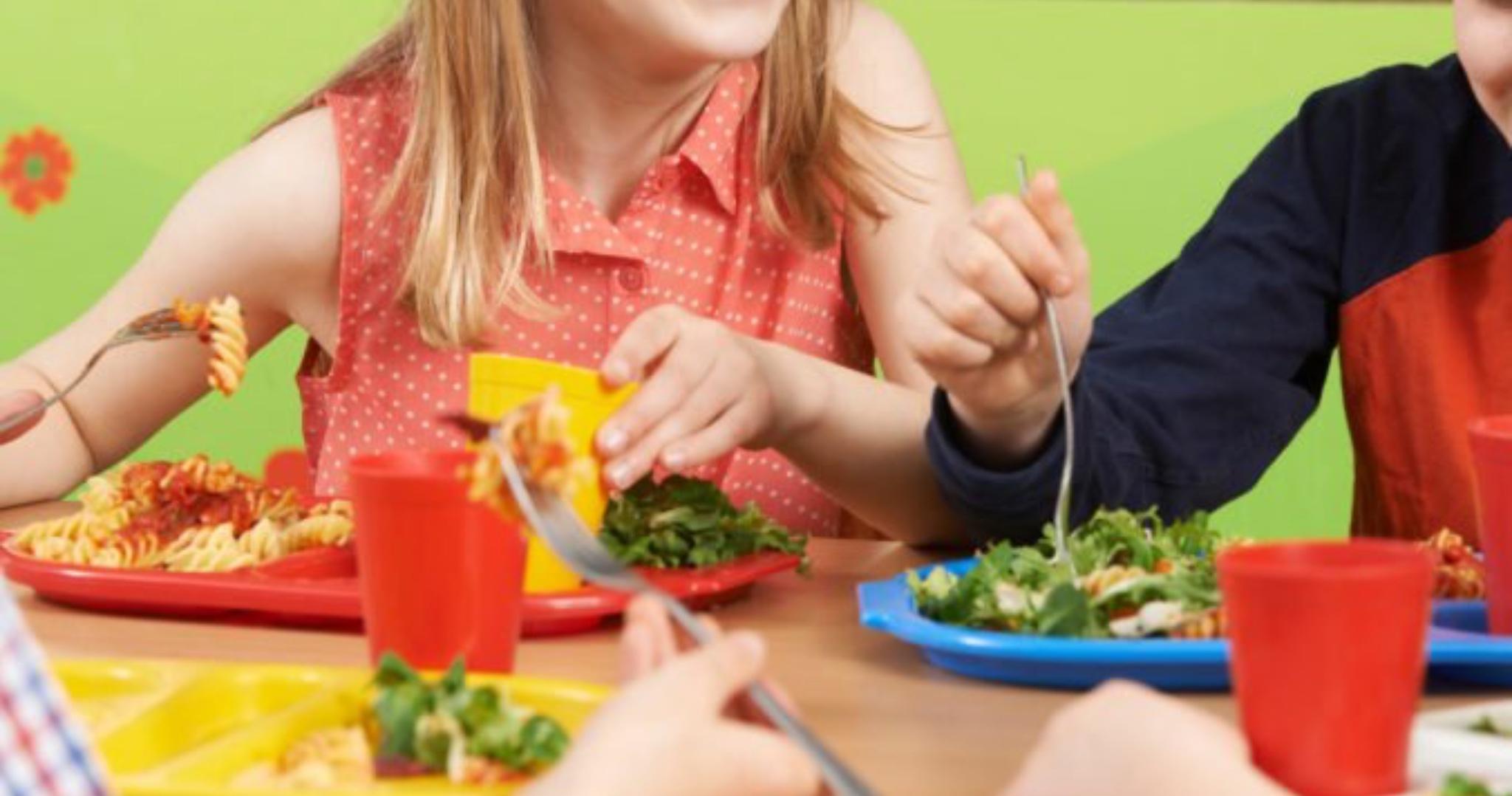 Rodičia, ktorí sú v hmotnej núdzi a uplatňujú si nárok na stravovanie pre svoje dieťa sa môžu hlásiť na OÚ