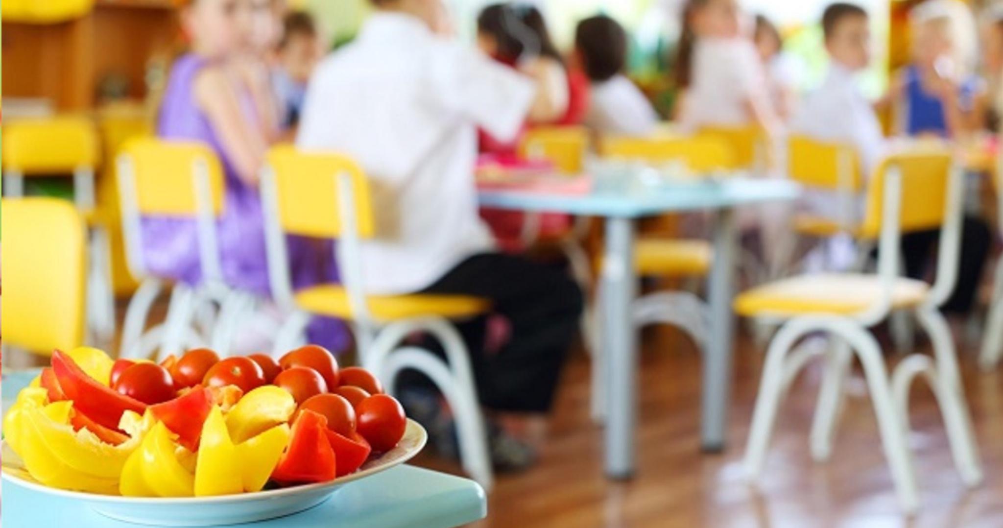 Rodičia, ktorí sú v hmotnej núdzi a uplatňujú si nárok na stravovanie pre svoje dieťa sa môžu hlásiť na OÚ2