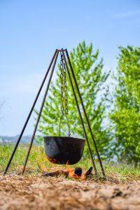 dans-chaudron-noir-feu-preparer-bouillie_121943-1035