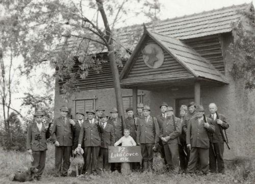 Členovia poľovníckeho združenia v roku 1976