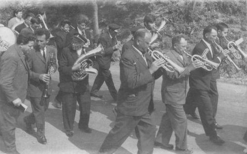 dychová hudba po obci, asi 1969