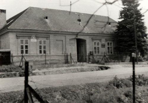 1 budova bývalého obecného úradu - MNV(miestneho národného výboru) a pošty