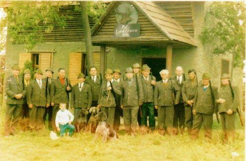 Poľovníci pri chatke