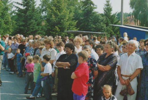 Diváci na oslavách 730. výročia prvej písomnej zmienky o Lukáčovciach, 1994