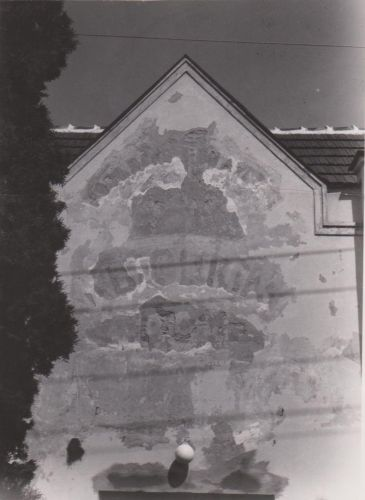 Oprava nápisu na katolíckom dome